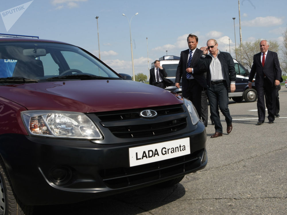 Vladimir Putin, então premiê russo, inspeciona novo modelo de carros produzido na Rússia, Lada Granta, em 11 de maio de 2011