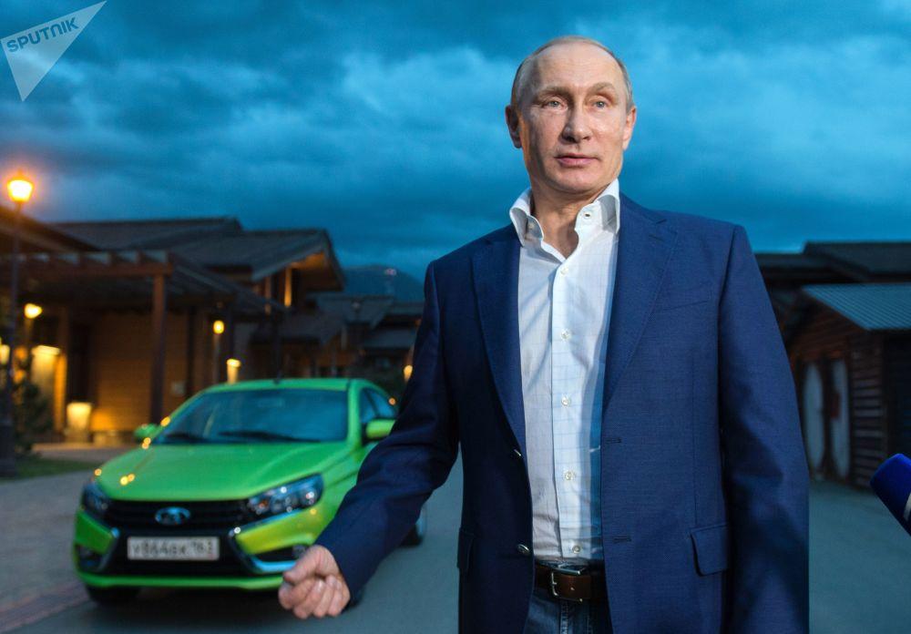O presidente russo, Vladimir Putin, depois de sair do novo modelo produzido na Rússia, Lada Vesta, em Sochi, em 22 de outubro de 2015