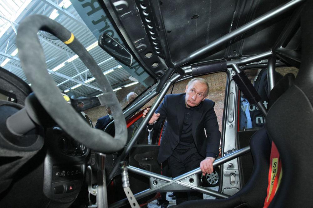 O então premiê russo, Vladimir Putin, realiza inspeção de novos carros russos, em 30 de março de 2009