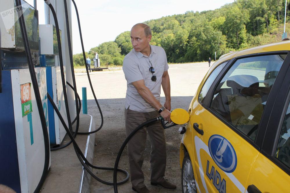 O então premiê russo, Vladimir Putin, abastece o carro ao viajar, em 27 de agosto de 2010