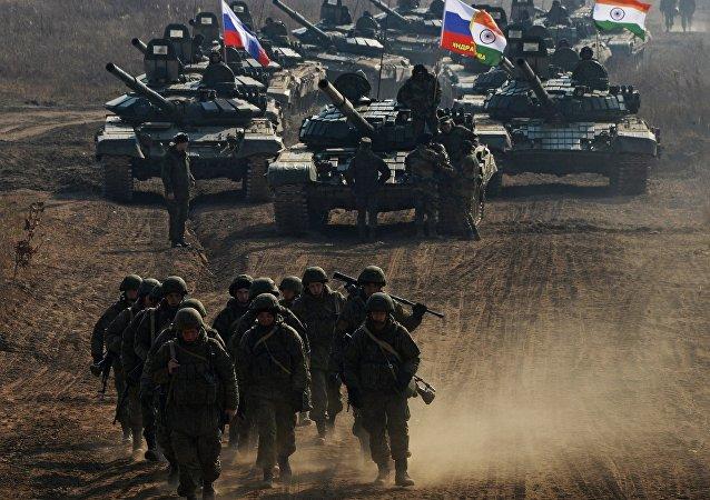 Militares russos e indianos durante as manobras cinjuntas Indra-2017