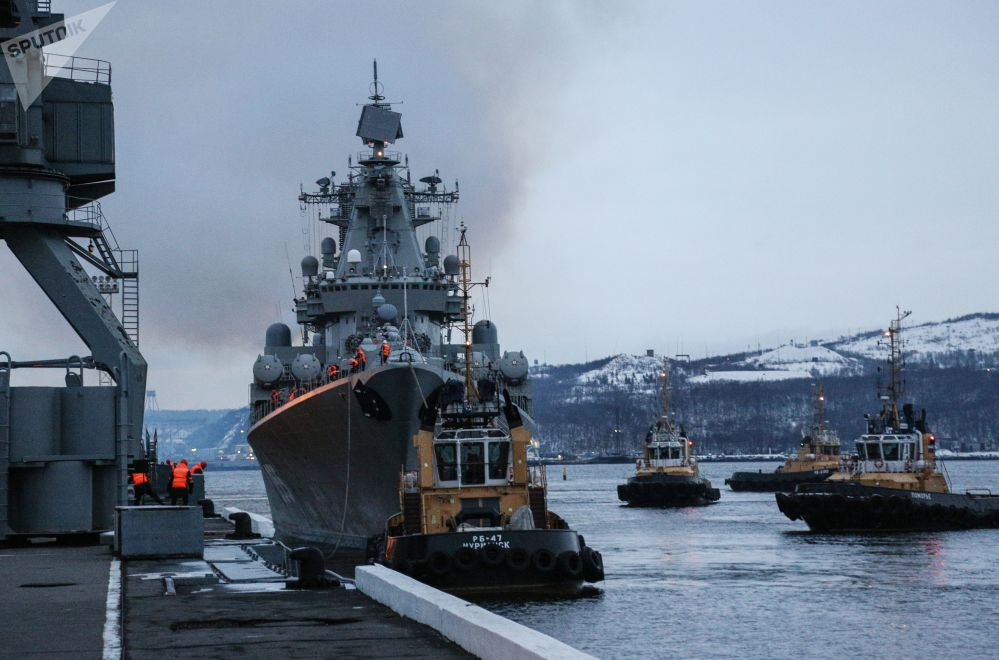 Cruzador de mísseis Marshal Ustinov no cais da Frota do Norte em Severomorsk