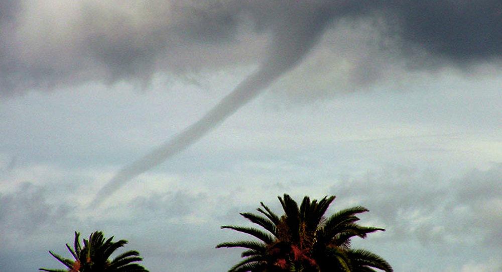 Tromba d'água é vista sobre o Oceano Pacífico em Venice Beach, Los Angeles (EUA), 22 de fevereiro de 2005 (imagem referencial)