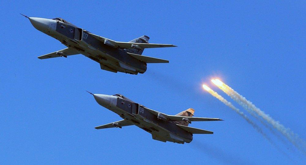 Caças russos Su-24 durante voo