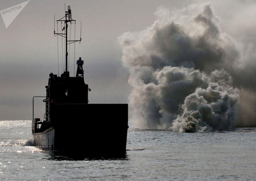 Navio de desembarque pequeno se aproximando do litoral antes de desembarcar fuzileiros navais