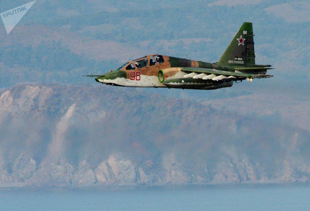 Avião de assalto Su-25 durante manobras de fuzileiros navais da Frota do Pacífico