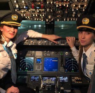 Tripulação feminina da companhia aérea russa Pobeda no voo de Moscou (Rússia) para Istambul (Turquia)
