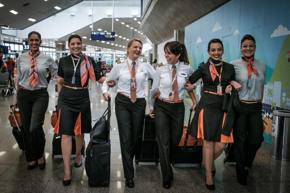 Pilota brasileira Gabriela Carneiro Duarte, da companhia aérea GOL do Brasil, com sua equipe, em 8 de março de 2017