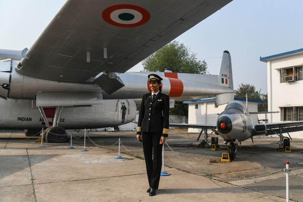 Pilota indiana Anny Divya, a mulher mais jovem do mundo a comandar um Boeing 777, posa ao lado de aviões no Museu da Força Aérea indiana em Nova Deli, 24 de fevereiro de 2018