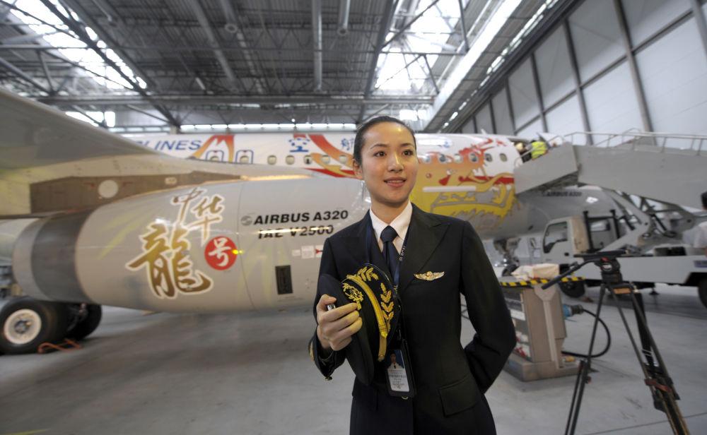 Wang Zhiqian, a primeira pilota da companhia aérea chinesa Sichuan, em 23 de junho de 2009