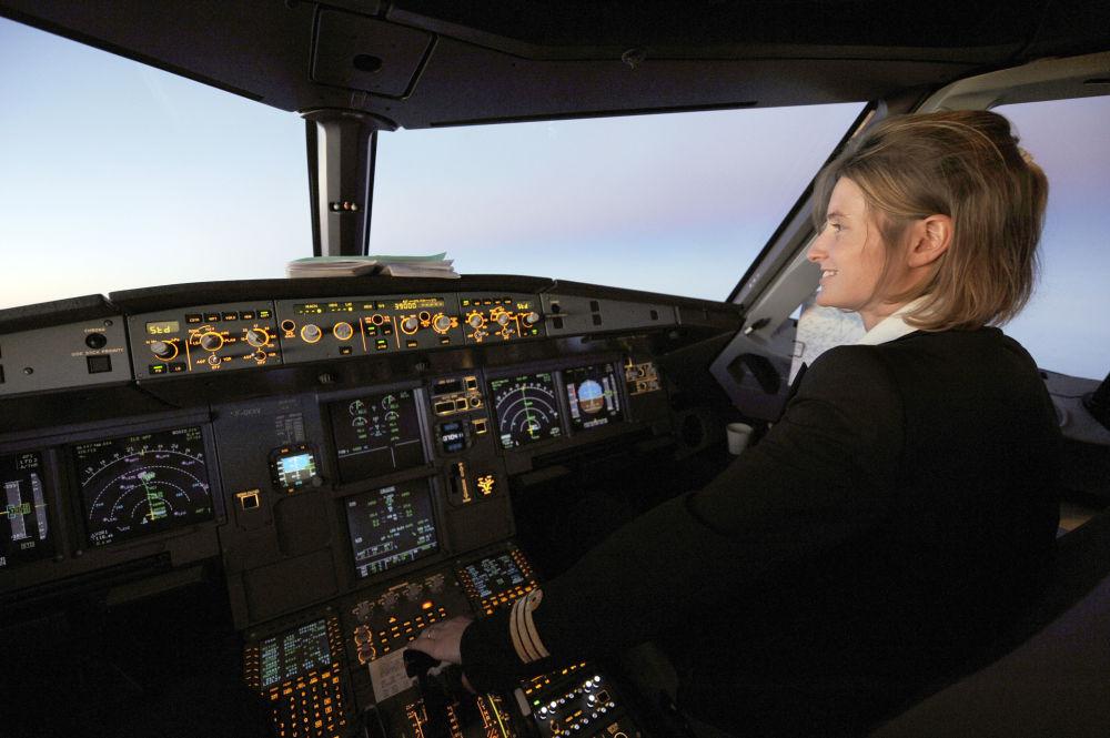 Copilota na cabine a bordo de um Air France A 320 da companhia aérea Air France, durante voo de Paris a Sevilha, 11 de dezembro de 2009