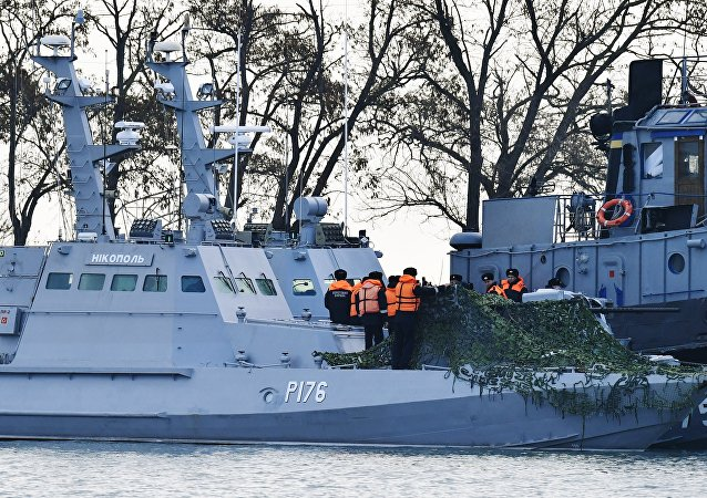 Navios ucranianos Nikopol e Yany Kapu no porto de Kerch
