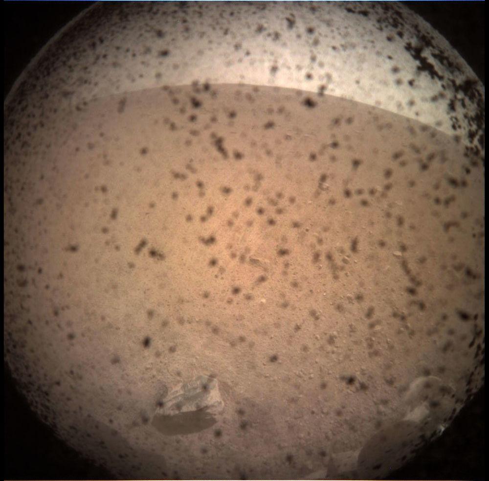 Primeira imagem da superfície marciana feita por InSight, a sonda da NASA, que aterrissou no Planeta Vermelho em 26 de novembro de 2018