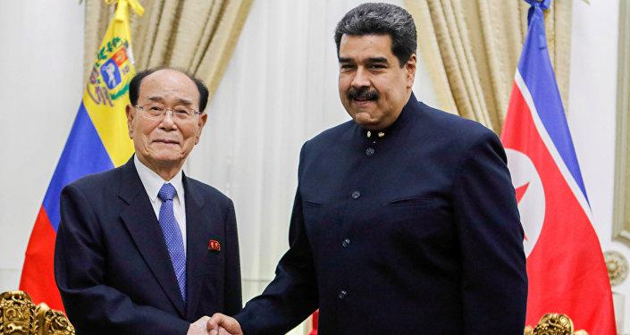 Presidente da Assembleia Popular Suprema da Coreia do Norte, Kim Yong-nam, e o presidente da Venezuela, Nicolás Maduro, durante o encontro em Caracas, 27 de novembro de 2018