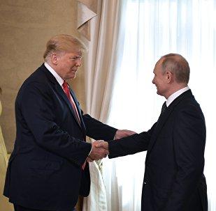 O presidente russo, Vladimir Putin, e o presidente dos EUA, Donald Trump, durante uma reunião no palácio presidencial em Helsinque.