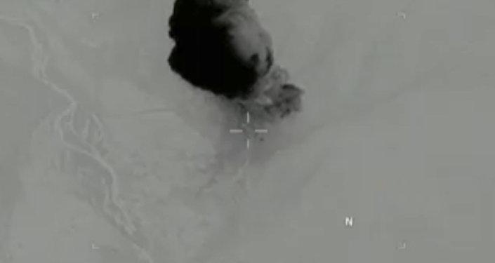 Fumaça subindo após um bombardeio americano no distrito de Achin, na província de Nangarhar, leste do Afeganistão.