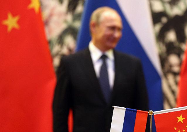O presidente da China, Xi Jinping, são fotografados durante uma cerimônia de assinatura de acordos na Casa de Hóspedes do Estado de Diaoyutai, em Pequim.