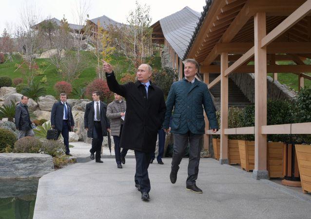Presidente da Rússia, Vladimir Putin, durante inspeção do território de um complexo hoteleiro na cidade de Yalta, Crimeia (Rússia)