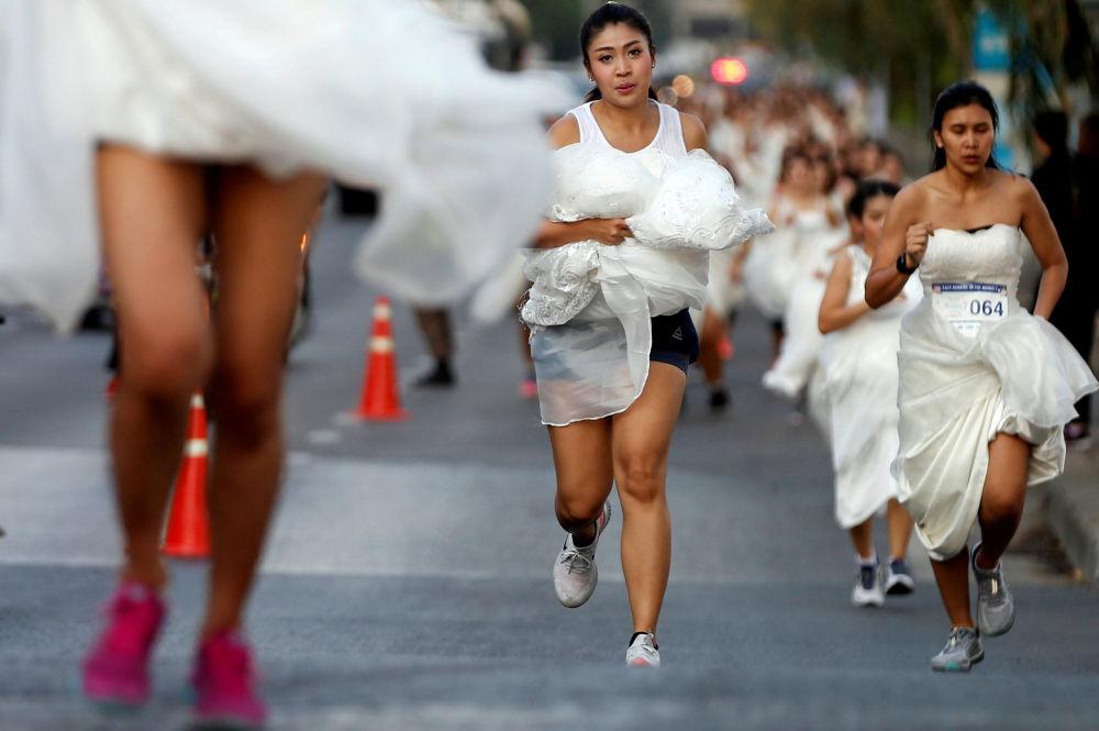 Noivas competem durante Corrida das Noivas em Bangkok, Tailândia, em 24 de novembro de 2018