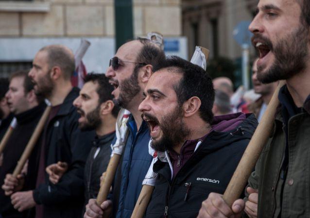 Participantes de protesto durante uma greve de 24 horas por trabalhadores do setor privado em uma rua de Atenas, Grécia (arquivo)