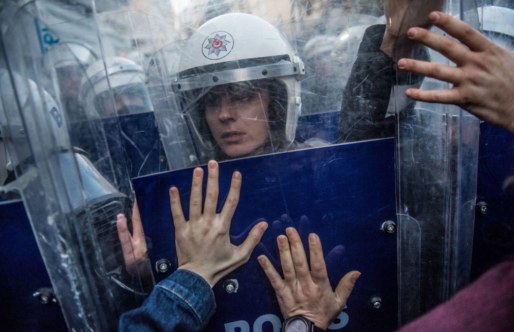 Policial turca reage durante confrontos com ativistas na Praça Taksim, em Istambul, durante o Dia Internacional pela Eliminação da Violência contra a Mulher, em 25 de novembro de 2018
