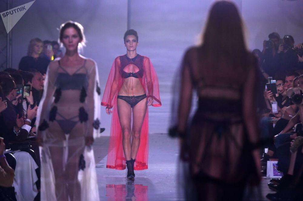 Modelos desfilam durante a semana de moda internacional Volga Fashion Week em Kazan, Rússia