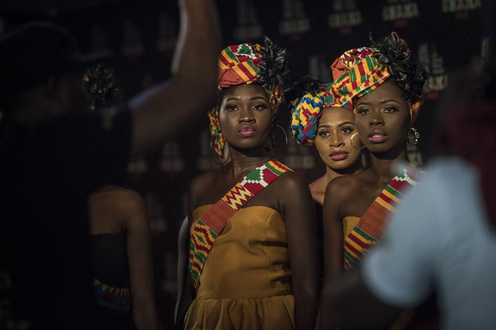 Garotas anfitriãs recebem instruções antes do início da cerimônia anual musical do All Africa Music Awards em Accra, Gana
