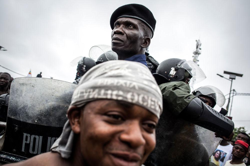 Policial protege partidários de Felix Tshisekedi, presidente da União para a Democracia e o Progresso Social (UDPS), e Vital Kamerhe, presidente da União para a Nação Congolesa (UNC), Congo