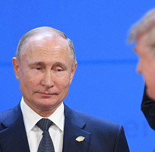 O presidente da Rússia, Vladimir Putin, e seu homólogo dos EUA, Donald Trump, minutos antes da tradicional foto de chefes de Estado do G20, em 30 de novembro de 2018.