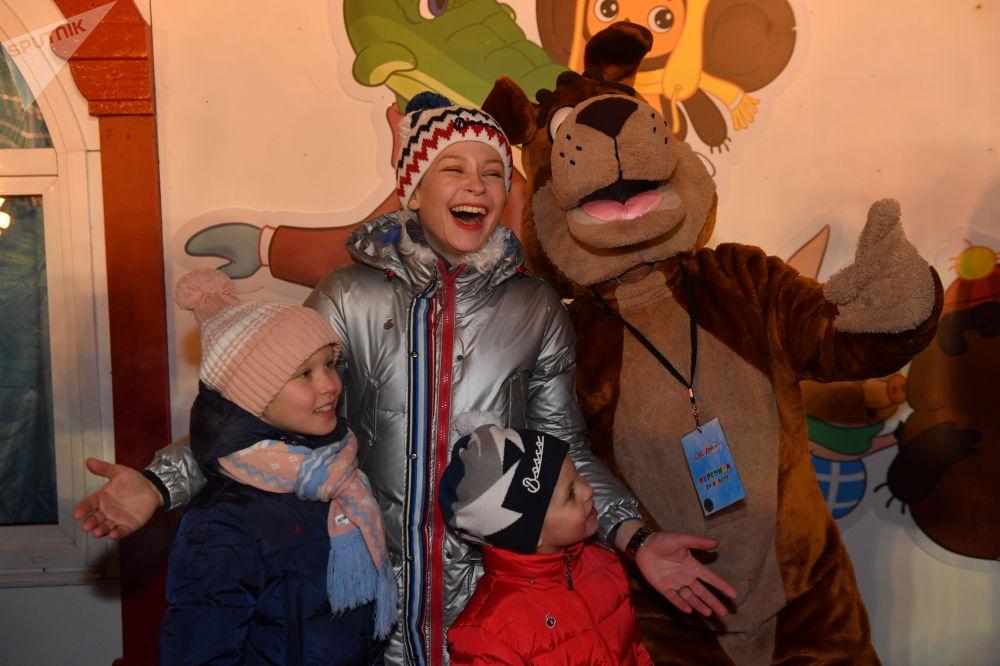 Em lojas especiais na feira se pode comprar lembrancinhas para todos os gostos: brinquedos natalinos, trajes nacionais e artesanato russo.