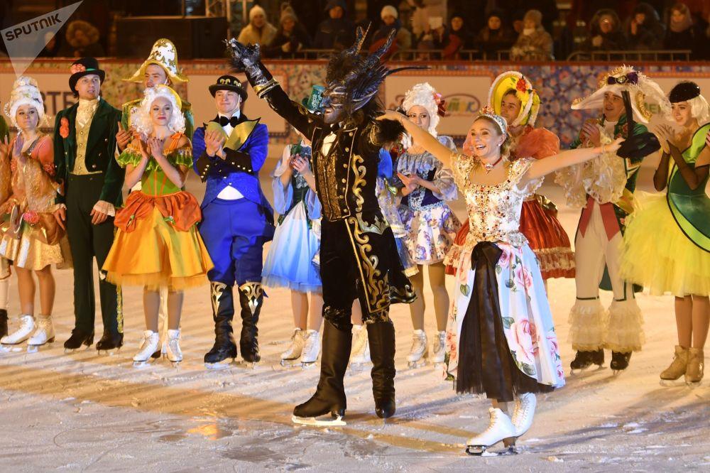 Campeã olímpica russa de patinação artística, Tatiana Navka, apresenta sua nova peça musical no gelo durante cerimônia de abertura da pista de patinação do GUM.