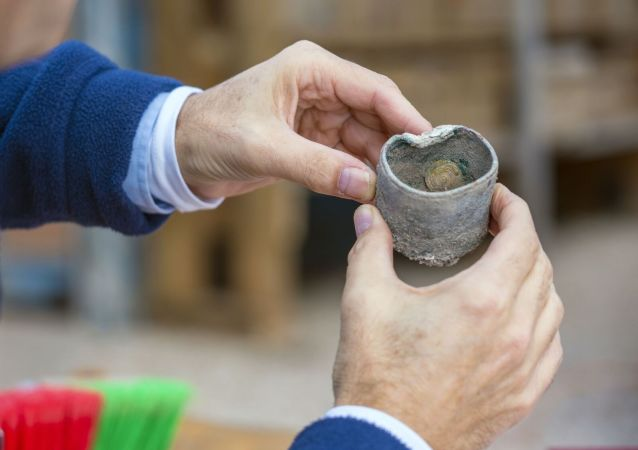 Moedas descobertas durante escavações em Cesareia