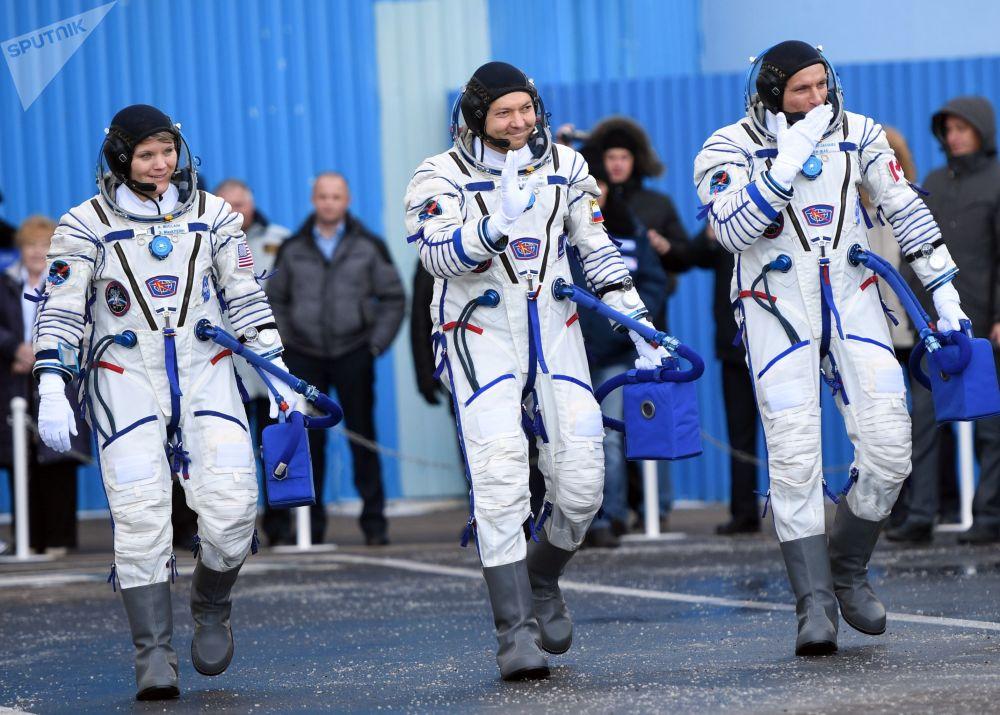 Tripulantes da espaçonave Soyuz MS-11: cosmonauta da Roscosmos Oleg Kononeko, astronauta da NASA Anne McClain e astronauta David Saint-Jacques da Agência Espacial Canadense