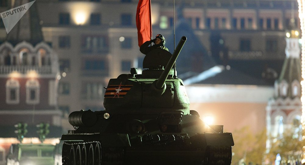 Tanque T-34-85 participando de ensaios do desfile militar na Praça Vermelha