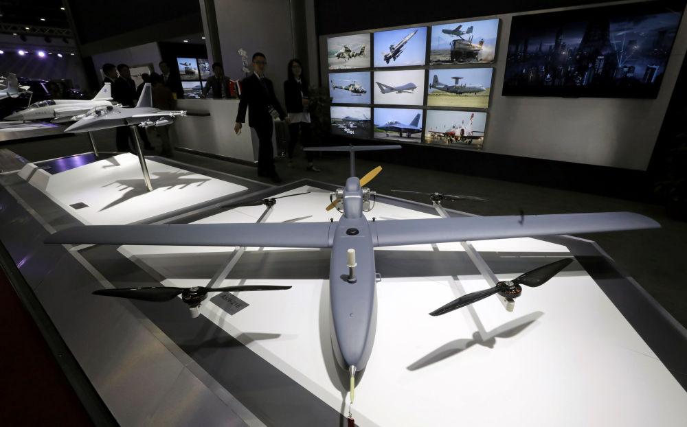 Apresentação de drone na Feria Internacional de Defesa EDEX 2018 no Egito