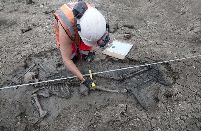 Esqueleto com botas foi descoberto por arqueólogos que trabalhavam em um dos locais usados para construir uma rede de esgoto no rio Tâmisa, em Bermondsey, Londres (Reino Unido)
