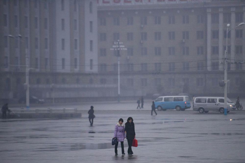 Pedestres na Praça Kim Il-sung, Pyongyan