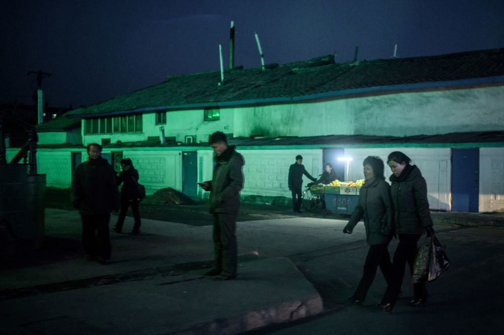Moradores nas ruas da cidade de Sinuiji