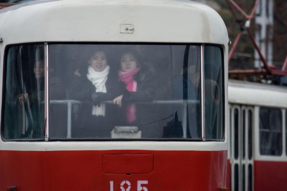 Meninas em um trem em Pyongyan