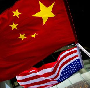 Bandeiras dos EUA e China (imagem de arquivo)