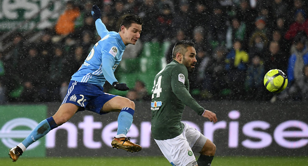 O meia Florian Thauvin, do Olympique de Marseille, chuta para marcar no empate de 2 a 2 com o Saint-Étienne no estádio Geoffroy Guichard em 9 de fevereiro de 2018