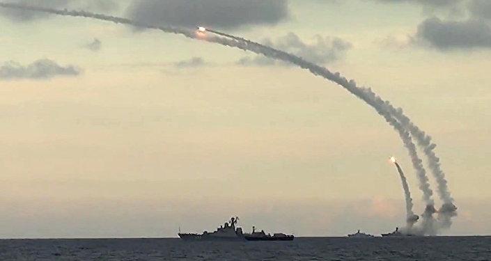 A Frota Cáspia da Rússia lança mísseis de cruzeiro Kalibr-NK contra alvos do Daesh na Síria.