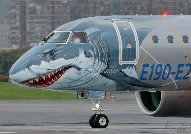 Tubarão domina parte frontal do avião Embraer-190 de nova geração E2