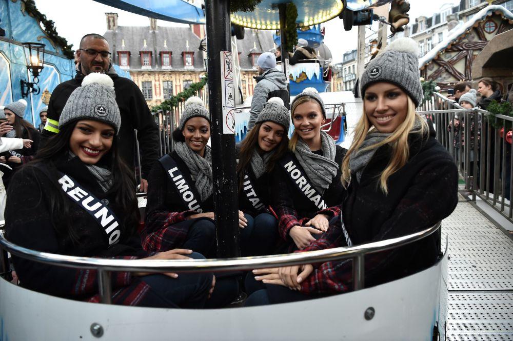 Participantes do concurso de beleza Miss França 2019 em uma roda-gigante em Lille