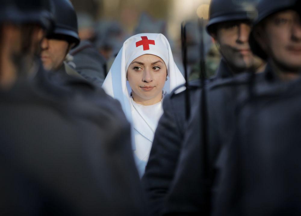 Participantes de parada militar em Bucareste, Romênia, por ocasião do 100º aniversário do Estado da Romênia