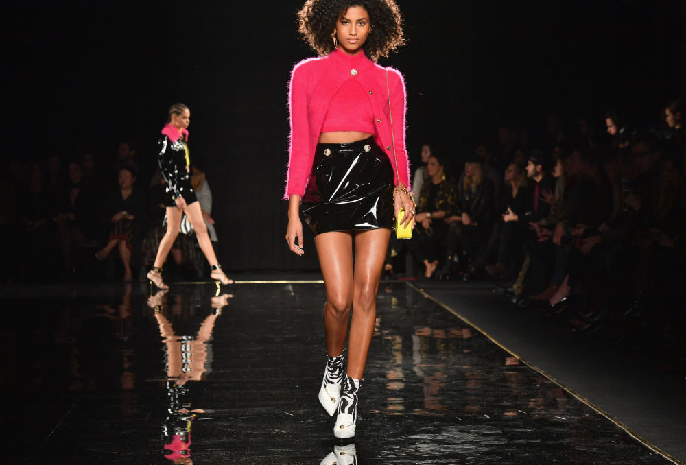 Modelo desfilando durante o show Versace Pre-Fall 2019, em Nova York