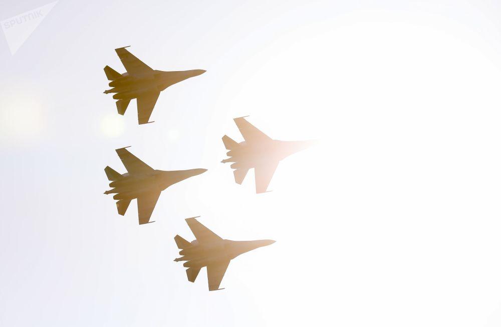 Grupo de acrobacia aérea Sokoly Rossii (Falcões da Rússia) realizam voos em caças Su-35S