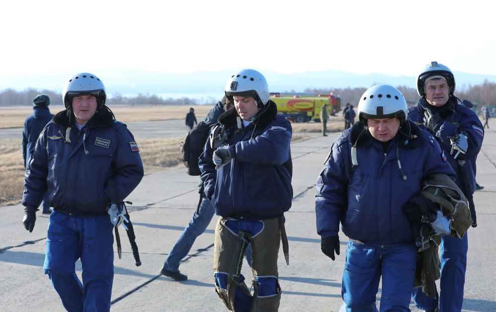 Os pilotos do grupo de acrobacia aérea Sokoly Rossii no aeródromo Tsentralnaya Uglovaya, perto de Vladivostok