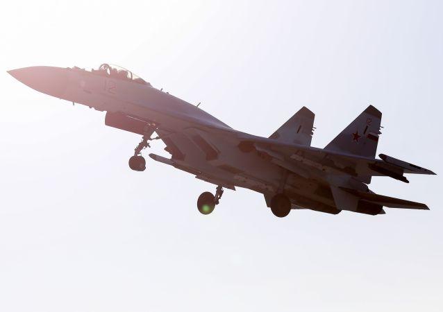 Um caça russo Su-35S do grupo de acrobacia aérea Sokoly Rossii voando sobre o aeródromo Tsentralnaya Uglovaya, perto de Vladivostok