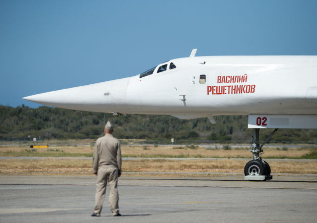 Bombardeiro Tu-160 depois de pousar no aeroporto da Venezuela